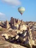 Ballon à air chaud au-dessus de Cappadocia, Turquie Image stock