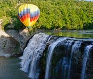 Ballon à air chaud au-dessus de cascade Photos stock