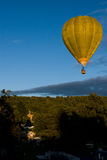 Ballon à air chaud au-dessus de château Images libres de droits