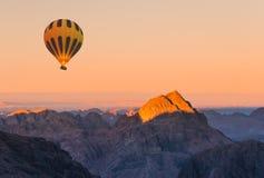 Ballon à air chaud au-dessus de coucher du soleil de Moses Sinai de bâti photos libres de droits