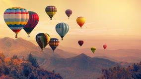 Ballon à air chaud au-dessus de haute montagne au coucher du soleil images libres de droits