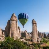 Ballon à air chaud au-dessus de la vallée d'amour dans Cappadocia, Turquie Photographie stock