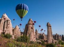 Ballon à air chaud au-dessus de la vallée d'amour dans Cappadocia, Turquie Photo libre de droits