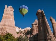 Ballon à air chaud au-dessus de la vallée d'amour dans Cappadocia, Turquie Image libre de droits