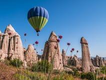 Ballon à air chaud au-dessus de la vallée d'amour dans Cappadocia, Turquie Photo stock