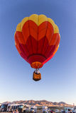 Ballon à air chaud au-dessus des foules Photographie stock libre de droits