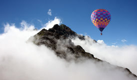 Ballon à air chaud au-dessus des montagnes images stock