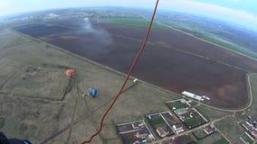 Ballon à air chaud au-dessus du champ banque de vidéos