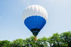 Ballon à air chaud au-dessus du parc avec le ciel bleu Images stock
