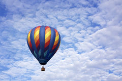 Ballon à air chaud avec des brûleurs à propane allumés dans lui Photos libres de droits