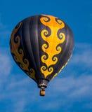 Ballon à air chaud avec des brûleurs à propane allumés dans lui Image stock