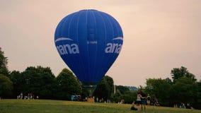 Ballon à air chaud décollant du parc public clips vidéos
