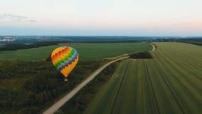 Ballon à air chaud dans le ciel au-dessus d'un champ Images stock