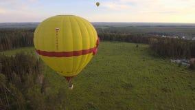 Ballon à air chaud dans le ciel au-dessus d'un champ Image libre de droits
