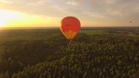 Ballon à air chaud dans le ciel au-dessus d'un champ Image stock
