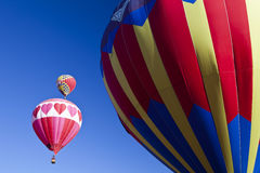 Ballon à air chaud dans le ciel bleu Photos libres de droits