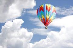 Ballon à air chaud dans le ciel nuageux Images stock