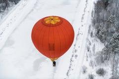 Ballon à air chaud de Colorfuul dans le ciel en hiver photos stock