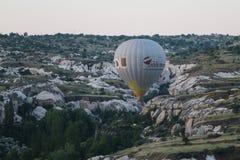 Ballon à air chaud en vallées de Cappadocia photos stock