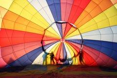 Ballon à air chaud et silhouette des gens photos stock