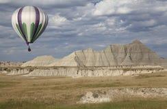 Ballon à air chaud lançant dans les bad-lands Photo stock