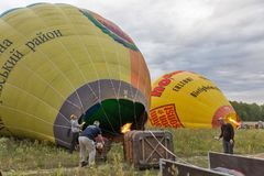 Ballon à air chaud préparant au vol Makariv, Ukraine Images stock