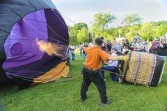 Ballon à air chaud remplissant Images libres de droits