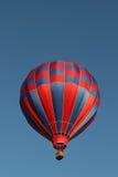 Ballon à air chaud rouge et bleu Image libre de droits
