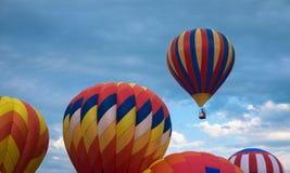 Ballon à air chaud s'éloignant du champ Images libres de droits