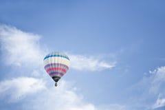 Ballon à air chaud sur un ciel bleu Photo stock