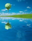 ballon à air chaud Vert-blanc dans le ciel bleu Photo libre de droits