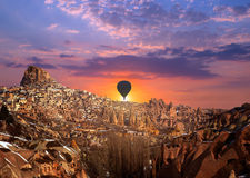 Ballon à air chaud volant au-dessus de Cappadocia Photo libre de droits