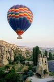Ballon à air chaud volant au-dessus du paysage de roche chez Cappadocia Turquie photographie stock