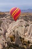Ballon à air chaud volant au-dessus du paysage de roche chez Cappadocia Turquie Image stock