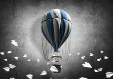 Ballon à air chaud volant dans la chambre Image libre de droits