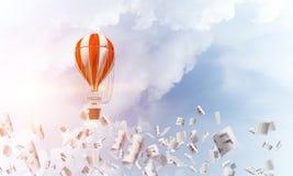 Ballon à air chaud volant dans le ciel Images stock