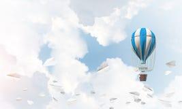 Ballon à air chaud volant dans le ciel Image libre de droits