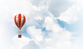Ballon à air chaud volant dans le ciel Images libres de droits
