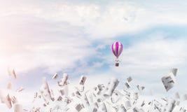 Ballon à air chaud volant dans le ciel Photos libres de droits