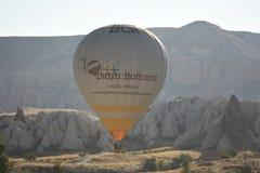 Ballon à air de Cappadocia TurkeyHot volant au-dessus des vallées dans Cappadocia Turquie images libres de droits