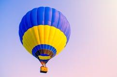 ballon à air en ciel bleu Photos stock