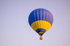 ballon à air en ciel bleu Image stock