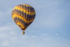 Ballon à air et lune chaud au-dessus de Cappadocia Photographie stock