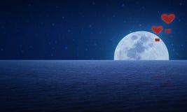 Ballon à air rouge de coeur de tissu sur le ciel et la lune d'imagination Photo libre de droits