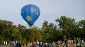 Ballon écrémant les arbres Images stock