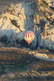 Ballon über dem Berg im cappadocia Lizenzfreies Stockfoto