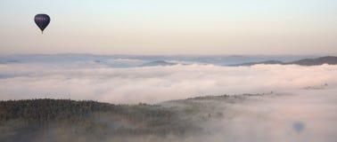 Ballon über den Wolken Stockfotografie