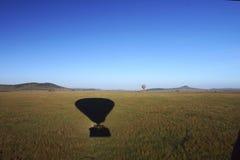 Ballon à air 61 chaud au-dessus du Serengeti Image stock