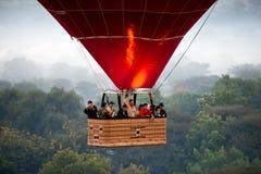 Ballon à air chaud au-dessus de bagan. Myanmar. Image stock
