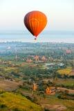 Ballon au-dessus de Bagan, Myanmar Images stock
